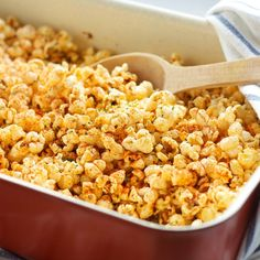 This Oven Roasted Pizza Popcorn is flavoured with Italian spices and sharp cheese, and makes a great snack or edible gift! Vegan Popcorn, Popcorn Snacks, Flavored Popcorn, Popcorn Recipes, Snack Recipes, Cooking Recipes, Popcorn Flavours, Vegan Snacks, Vegan Desserts