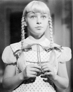 The Bad Seed 1956 - The first black and white movie I ever saw. This was a bad girl. Old Hollywood Movies, Classic Hollywood, Female Vampire, The Bad Seed, Child Actors, Fade To Black, Horror Films, Scary Movies, Classic Movies