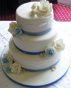 simple and stylish rose and lace wedding cake