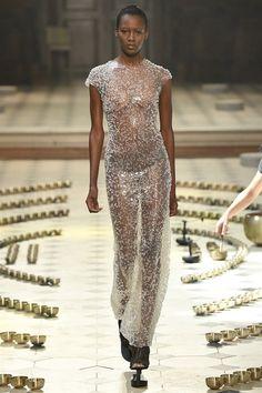 Preziosi, audaci, da sogno. Gli abiti dell'Alta Moda parigina rapprese