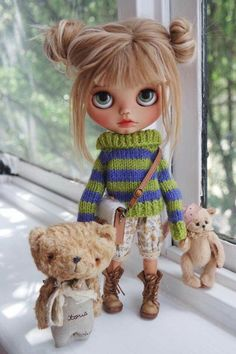 Cute little Blythe doll (with super-cute friends). Pretty Dolls, Beautiful Dolls, Beautiful Eyes, Ooak Dolls, Blythe Dolls, Mery Crismas, Little Doll, Doll Repaint, Custom Dolls
