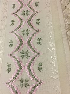 Risultati immagini per ponto reto - toalhabordado bargello o florentino Hand Embroidery Kits, Hardanger Embroidery, Ribbon Embroidery, Embroidery Stitches, Embroidery Patterns, Crochet Patterns, Bargello Needlepoint, Broderie Bargello, Cross Stitch Borders