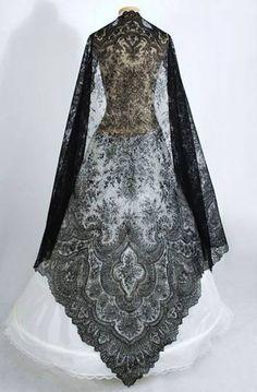 Antique lace at Vintage Textile: Chantilly lace shawl Vintage Outfits, Vintage Dresses, Antique Clothing, Historical Clothing, Historical Costume, Victorian Fashion, Vintage Fashion, Robes Glamour, Dress Up