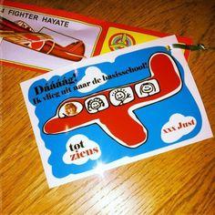 Ik Photoshopte een foto van mijn jongste in een clipart vliegtuigje met 'Daaaaag, ik vlieg uit naar de basisschool' als tekst erop. Eraan bevestigde ik een foam vliegtuige als traktatie. Erg leuk voor afsched van de crèche / het KDV!!