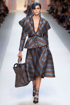 The complete Fendi Spring 2018 Ready-to-Wear fashion show now on Vogue Runway. Style Haute Couture, Couture Mode, Couture Fashion, Fashion Week 2018, Spring Fashion, Autumn Fashion, Collection Couture, Fashion Show Collection, Catwalk Fashion