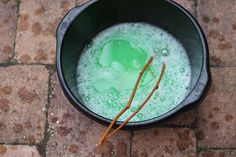 Recept om thuis bellenblaas te maken voor grote bellen. Ook uitleg over het maken van een bellenstok, die je hiervoor nodig hebt.