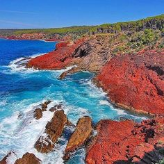 Hotels-live.com/pages/hotels-pas-chers - The vivid rocks of Ben Boyd National Park make quite the striking scene when paired with the bright blue water of the Pacific Ocean... wouldn't you agree? Located near Eden on the @sapphirecoastnsw this park featu