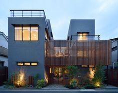 CASE 357 | 中庭のある2世帯住宅 両世帯が中庭を挟んで暮らす2世帯住宅です。中庭は、程良い距離感を保ちつつ、両世帯の繋がりを確保。バルコニーで繋がることで、一体の庭として楽しむことが出来ます。周囲に対して閉じつつも、開放的で上質な空間構成が、住む人にゆとりを与えてくれる設計となっています。 設計監理:フリーダムアーキテクツデザイン 施工場所:神奈川県横浜市 Amazing Architecture, Interior Architecture, Modern Townhouse, Box Houses, Family Room Design, Japanese House, Facade House, Modern Buildings, House Goals