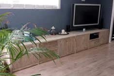 Mooi groot tv-meubel bestaande uit 2 kasten. Erg handig mocht je het meubel nog eens willen verplaatsten. Op maat voor de klant gemaakt, ook met qua indeling. Het heeft 4 deurtjes, 3 laden (op geleiders) en een open vak voor de apparatuur (met afstandsbediening). De kasten zijn voorzien van een schoprandje zodat er niets onder kan komen. Maten: b180xd60xh50cm en dan keer 2 dus samen 360 lang.