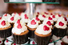 cupcakes with love Wedding Cupcakes, Mini Cupcakes, Cupcake Cakes, Chocolates, Love Wedding Themes, Wedding Ideas, Valentines Day Weddings, Paleo Diet, Beautiful Cakes