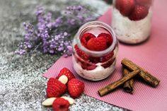 Jogurt s ovocem a lněným semenem Foto: Karolína Alexiová Raspberry, Cheesecake, Fruit, Desserts, Food, Wicker, Tailgate Desserts, Deserts, Cheesecakes