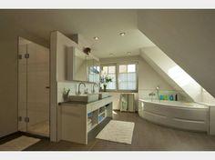 Helles Badezimmer mit Eckbadewanne und Dachfenster #OSTRAUER Baugesellschaft