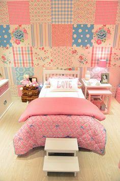 Fugindo do comum, o quarto de menina projetado pela dupla Nathalia Della Manna e Gabriel Garbin para a mostra Q&E Bebê traz uma decoração mais decolada