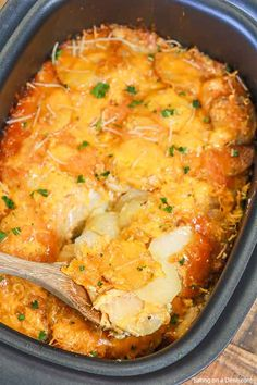 Slow Cooker Scalloped Potatoes recipe - crock pot cheesy potatoes Make this easy Slow Cooker Scalloped Potatoes recipe and never buy the store bought packaged scalloped potatoes again. These are so much better and so easy. Cheesy Scalloped Potatoes Recipe, Cheesy Potatoes, Baked Potatoes, Slow Cooker Potatoes, Crock Pot Potatoes, Slow Cooker Recipes, Crockpot Recipes, Cooking Recipes, Skillet Recipes