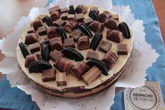 SUPER  OREOKINDER. Se trata de una base de brownie, relleno de chocotorta, capa de Oreo, Nutella y crema chantilly, en ese orden! Arriba tiene Kinder Bueno, Vauquita y Oreo.
