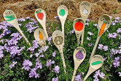 Draw on wooden spoons (maybe with sharpies) to make you garden signs/plant markers Garden Crafts, Garden Projects, Garden Art, Herb Garden, Art Projects, Wooden Spoon Crafts, Wooden Spoons, Painted Spoons, Painted Rocks