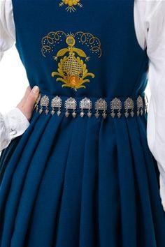 Romerike - Romeriksbunad L40 kjem i blå, raud, blågrøn, skarp grøn og mørk grøn. Folk Costume, Costumes, Going Out Of Business, Bridal Crown, Halloween 2015, Historical Costume, Norway, All Things, Cool Designs