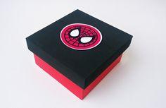 Caixa mdf personalizada com o super herói preferido do seu filho. Ideal para lembrancinhas.  A cor da caixa também pode ser alterada.  Caixa mede 10x10x5  ATENÇÃO! ÚLTIMOS DIAS DA PROMOÇÃO. APROVEITE!!    OUTROS TAMANHOS E VALORES PARA QUANTIDADES ABAIXO DO MÍNIMO - VERIFICAR DISPONIBILIDADE