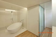 Fotografía: Luís Ferreira Alves  #bathroom #bathrooms #bath #design #interior #interiordesign #white #minimalism