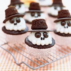 Seems these are supposed to be Halloween treats. But they reminded me of the Quebec Bonhomme--probably swapping his red hat for a black one as his Halloween costume;) [From Cute Food For Kids: 41 Cutest Halloween Food Ideas. Cute Halloween Food, Hallowen Food, Halloween Goodies, Halloween Desserts, Halloween Cupcakes, Spooky Halloween, Happy Halloween, Halloween Clothes, Halloween Baking