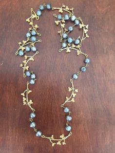 IV Sautoir en perles d'eau douce grises et branchages fleuris plaqués or