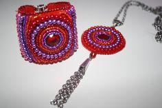 Armband und Amulett in beaded emboidery Technik! Alle Materialien dazu bei Perlensucht erhältlich und Technik in unseren Workshops zu erlernen Workshop, Beaded Embroidery, Crochet Earrings, Jewelry, Amulets, Wristlets, Atelier, Jewlery, Schmuck