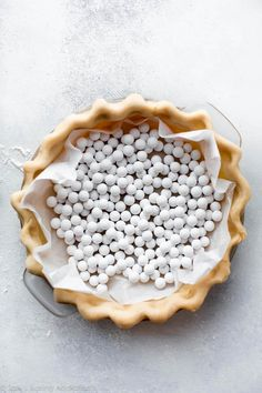 Here are instructions and a video tutorial showing you how to blind bake pie crust for lemon meringue pie, pumpkin pie, quiche, and pudding pie! Blind Bake Pie Crust, Baked Pie Crust, Köstliche Desserts, Best Dessert Recipes, Delicious Desserts, Yummy Food, Homemade Pie Crusts, Pie Crust Recipes, Homemade Breads