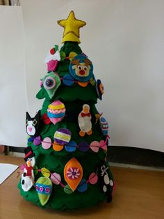 Love the 3d, but I might have to go 2d on the wall to get it done this year!! Decorated Felt Christmas Tree