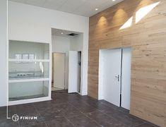 Simple. Épuré. À l'image des territoires du Nord. Les murs décoratifs Onata s'inspirent des designs scandinaves pour s'harmoniser aux décors épurés de type urbain. Toute la collection est fabriquée avec un bois tranché et plaqué sur de très larges planches, créant ainsi une élégante uniformité dans les motifs et textures. Avec sa structure linéaire et aérée, les effets d'ombre et de lumière sont légèrement aplanis. Ainsi, Motifs, Garage Doors, Antiques, Simple, Outdoor Decor, Design, Collection, Home Decor