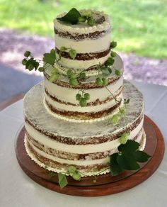 A naked wedding cake should only have hops! Fresh Flowers Online, Cheap Flowers, Unique Flowers, Flower Arrangement Designs, Unique Flower Arrangements, Hops Wedding, Wedding Bouquets, Wedding Cakes, Beer Hops