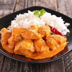 Colombo de poulet – Ingrédients de la recette : 6 cuisses de poulet désossées et coupées en morceaux, 2 échalotes épluchées et émincées, 2 gros oignons pelés et hachés, 1 piment d'oiseau