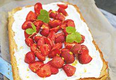 Jordbær og hvid chokolade er det bedste makkerpar til en både sød og syrlig kage