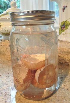 DIY Dünger - Eierschalen in das Einweckglas legen und Wasser hinzufügen