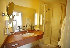Badezimmer im AKZENT Hotel Johannisbad in Bad Aibling. Das Hotel, Restaurant, Bad, Mirror, Bathroom, Furniture, Home Decor, Washroom, Decoration Home