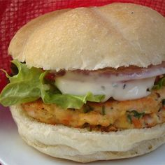 Yummy Lemon Salmon Burgers food-and-drink Burger Recipes, Salmon Recipes, Fish Recipes, Seafood Recipes, Cooking Recipes, Cooking Videos, Grilling Recipes, Drink Recipes, Think Food