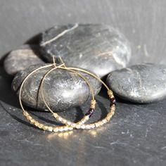 Boucles d'oreilles pierres de jais noires anciennes & laiton brut (doré), créoles, bijou ethnique / Myo jewel