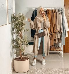 As temps get to drop down little by little fall layering pieces are going to be taking over your seasonal wardrobe. Fall is all about smart layering without Hijab Fashion Summer, Modest Fashion Hijab, Modern Hijab Fashion, Modesty Fashion, Casual Hijab Outfit, Hijab Fashion Inspiration, Islamic Fashion, Hijab Chic, Muslim Fashion