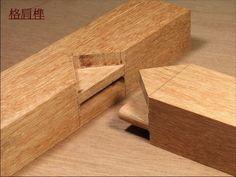 撰文:陳秉魁   明式家具能歷久不衰地受到世人矚目與喜愛,是因為外在造型的簡練優美,及內  部木榫結構的耐久堅固。而內在的結構特點,主要在於:(一)靈活利用長的方  榫、斜邊及夾角結構來產生堅強的結合力量。(二)大量的使用不同方向、大小  及長短的雙方榫來形成穩定與堅固的接合效果...