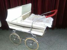 this is an interesting pram, I wonder if the body even belongs to this chassis, its a very strange combination, looks like a 70's body on an earlier chassis.....
