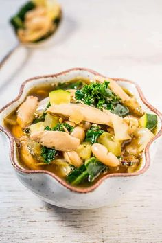 Easy Kale, White Bean, and Chicken Soup - Loaded with juicy chicken, healthy kale, and tender beans! Clean Eating Meal Plan, Clean Eating Recipes, Cooking Recipes, Healthy Recipes, Healthy Soups, Delicious Recipes, Yummy Yummy, Kale Soup Recipes, Dinner Recipes