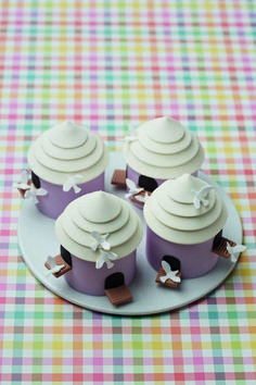 These Dovecote Cakes are beautiful! Whether you're in a romantic or peaceful mood, these pretty mini cakes will make the occasion all the more special.  #cupcakes #doves #cakedecorating