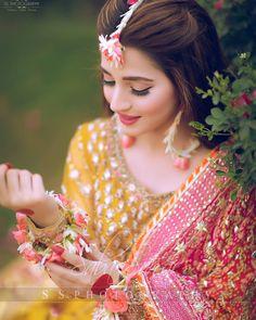 Image may contain: one or more people and closeup Bridal Mehndi Dresses, Pakistani Bridal Makeup, Pakistani Formal Dresses, Indian Gowns Dresses, Bridal Dress Design, Pakistani Wedding Dresses, Indian Wedding Outfits, Bridal Outfits, Indian Outfits