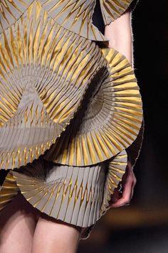 Iris Van Herpen at Paris Fashion Week Fall 2016 - Details Runway Photos Geometric Fashion, 3d Fashion, Fashion Details, Couture Fashion, Fashion Design, Paris Fashion, Iris Van Herpen, Issey Miyake, Demna Gvasalia Vetements