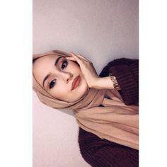 Görüntünün olası içeriği: bir veya daha fazla kişi ve yakın çekim Casual Hijab Outfit, Hijab Chic, Hijabi Girl, Girl Hijab, Grunge Party Outfit, Cute Instagram Pictures, Cool Girl Pictures, Muslim Women Fashion, Fake Girls