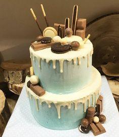 tarta azul bebe con dripp de chocolate blanco y chocobolas, oreos, mikados, kitkat