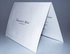 07_svatebni_oznameni Bílé otevírací svatební oznámení je ze strukturovaného papíru. Motiv je vytvořen slepotiskem.