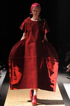 Comme des Garçons Fall 2012 Ready-to-Wear Fashion Show Anti Fashion, Fashion Forms, Quirky Fashion, Fashion Week, Timeless Fashion, Fashion Art, Runway Fashion, High Fashion, Fashion Show