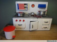 leuk oud blikken keukentje met toebehoren