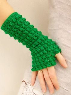 Crochet mittens {NO pattern, but might be relatively easy to figure out} Fingerless Gloves Crochet Pattern, Fingerless Mittens, Knit Mittens, Crochet Slippers, Knitted Gloves, Crochet Wallet, Hand Crochet, Knit Crochet, Crochet Hats