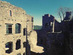 Nenapadá vás, kam si zajet udělat krásný výlet? A co české hrady? Ukážeme vám 30 nejkrásnějších hradů v ČR, které stojí za to navštívit. Castle Ruins, Castle Rock, Medieval Castle, Mount Rushmore, My Photos, Mountains, Knights, Building, Nature